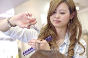 需要が増えてきている福祉美容師とは?普通の美容師との違いや年収を紹介